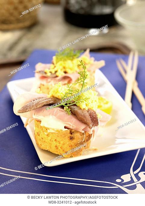 montadito de anchoa, jamon de york, huevo cocido y mayonesa