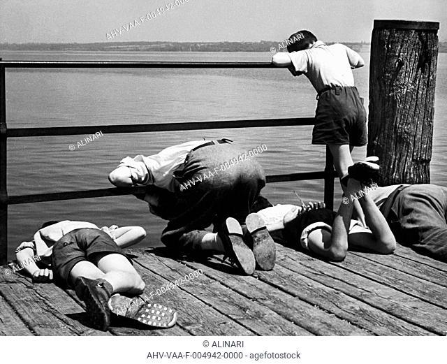 Intenti alla pesca (Busy with Fishing), shot 1950-1960 by Villani Achille