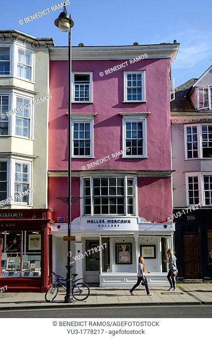 Pedestrians passing art gallery on Oxford High Street, Oxford, England, UK