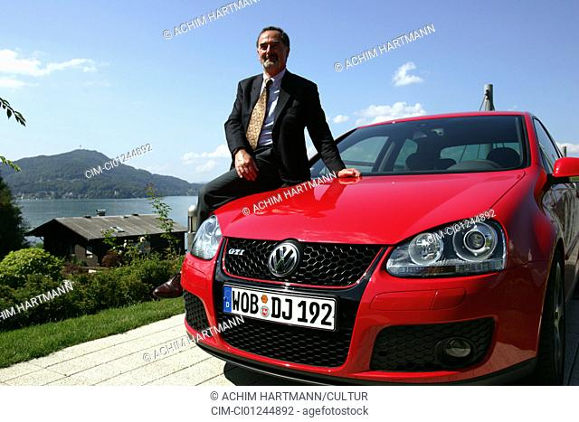 Car, Bernd Pitschetsrieder with the new VW Volkswagen Volkswagen Golf GTI, Golf V, model year 2004-, red, Limousine, Lower middle-sized class, standing
