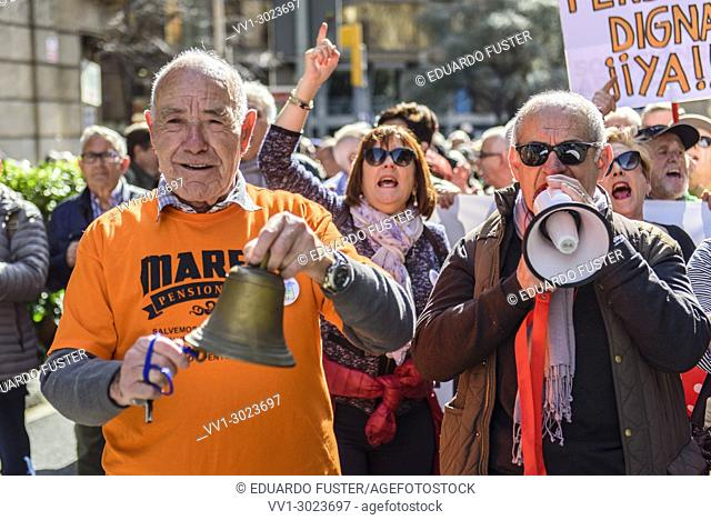 Barcelona, Catalonia, Spain. 18nd Mar, 2018. Two old men ringing a bell and using a megaphone in the demonstration for fair pensions