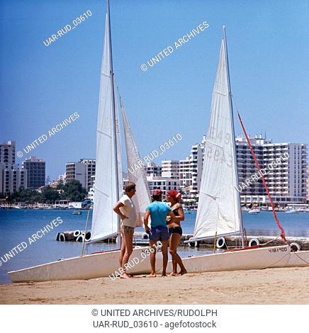 Ein Segelausflug am Strand von Sant Antoni de Portmany auf Ibiza, Ibiza 1976. A sailing trip at the beach of Sant Antoni de Portmany on the island of Ibiza;...