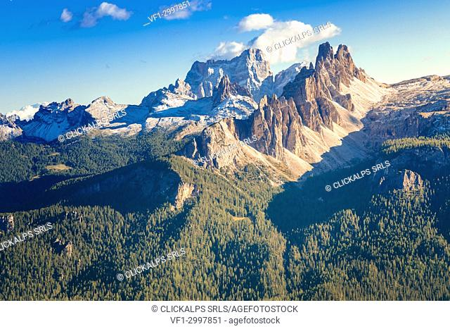 Croda da Lago and mount Pelmo in background, Dolomites, Cortina d Ampezzo, Belluno, Veneto, Italy