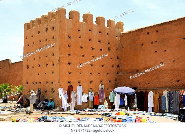 Maroc, Marrakech, Bab Khemis l'une des 19 portes qui entourent la ville, Bab El Kehmis Donnant accès au souk du même nom signifiant jeudi en raison,à l'époque
