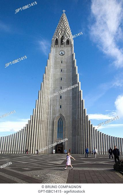 THE LUTHERAN CATHEDRAL HALLGRIMSKIRKJA, BUILT IN CONCRETE BETWEEN 1945 AND 1986, MODELED AFTER THE BASALT COLUMNS VERY PRESENT IN THE COUNTRY, REYKJAVIK