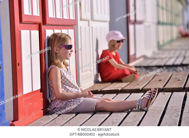 LITTLE GIRLS IN FRONT OF THE BEACH HUTS IN CAYEUX-SUR-MER, BAY OF SOMME, SOMME, PICARDY, FRANCE