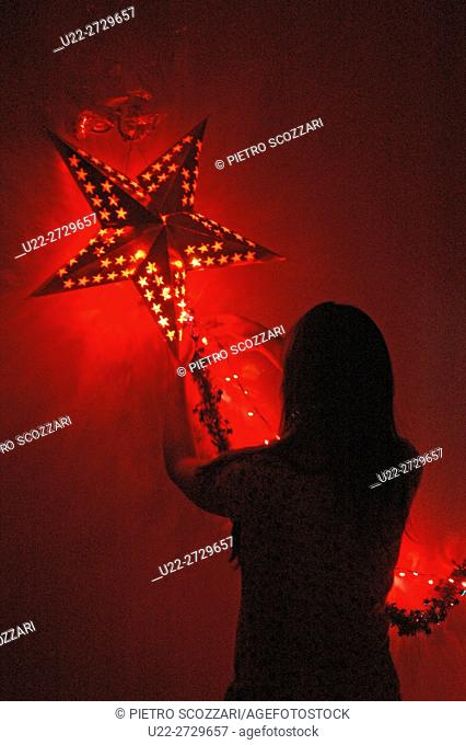 A woman settig Christmas decorations at her home