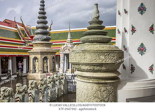 Tourist, in Wat Arun (Temple of Dawn), also called Wat Bangmakok Noek, Bangkok, Thailand