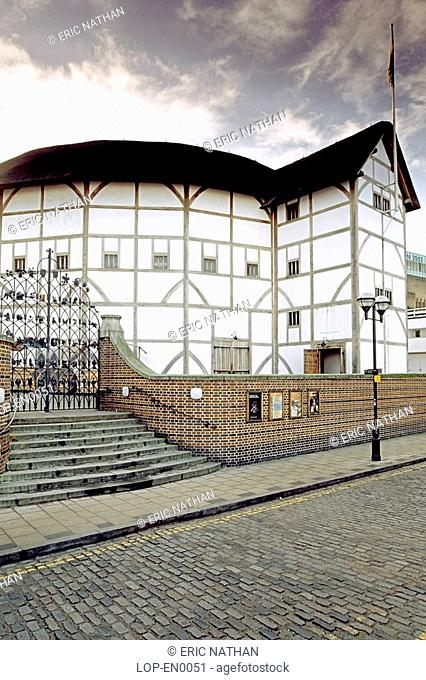 England, London, Bankside, Shakespeare's Globe theatre on the banks of the Thames
