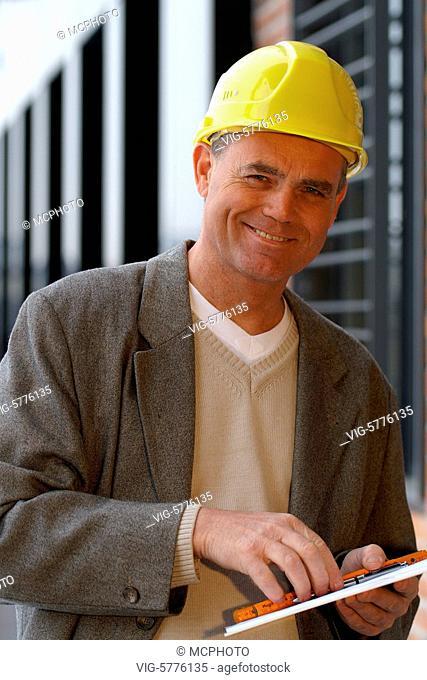 Ein Architekt steht auf der Baustelle und freut sich ueber die gute Arbeit, Hamburg 2006 - Hamburg, Germany, 15/03/2006