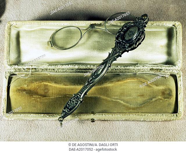 Silver lorgnette in its case, ca 1870. Italy, 19th century.  Agordo, Collezioni Ottiche E Occhiali Rathschuler-Luxottica (Glasses And Sunglasses)