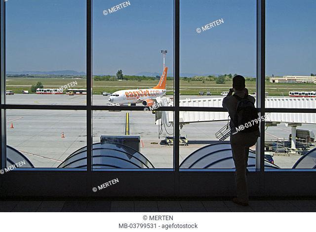 Hungary, Budapest, airport Ferihegy, Terminal, windows, travelers, gaze,  Runway, airplane, no property release,  Advance, runway, passenger airplane, airliner