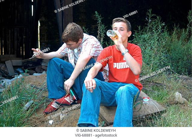 Teenagers with alcohol and cigarettes ( posed ). - GERMANY, 18/08/2004