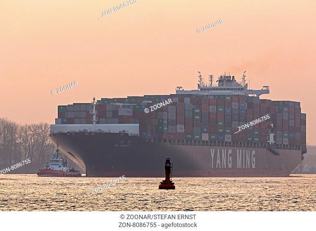 Containerschiff mit Schlepper auf der Elbe,Hamburg, Deutschland, Europa / Containership with tug boat on the river Elbe, Hamburg, Germany, Europe