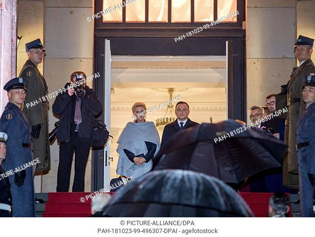 23 October 2018, Berlin: Polish President Andrzej Duda and his wife Agata Kornhauser-Duda come to a concert in the Gendarmenmarkt concert hall in pouring rain...