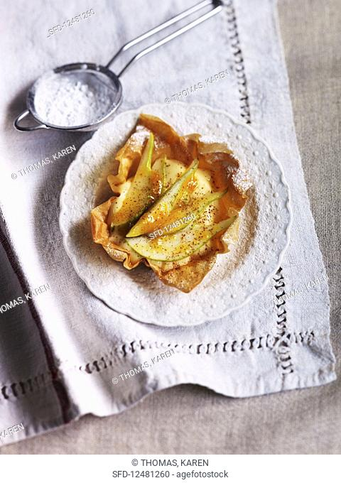 Filo pastry with pear and powdered sugar