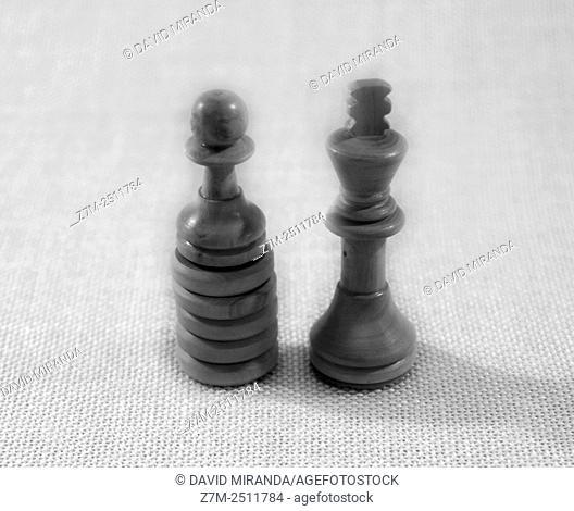 Peón valiente y rey en el ajedrez. Blanco y negro. Estilo Chema Madoz