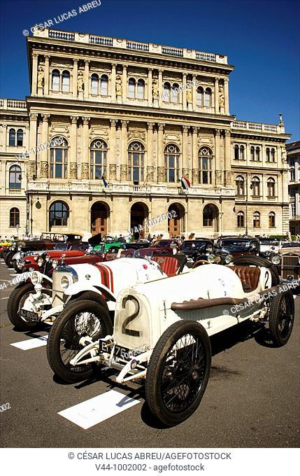 Opel Sport 1914 Exposición de los coches en la Plaza Magyar Akadémia  Louis Vuitton Classic Boheme Run  Budapest, Hungría