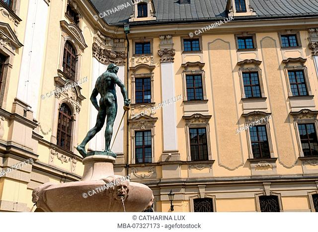 Poland, Wroclaw, old town, University, baroque main building with Fechterbrunnen