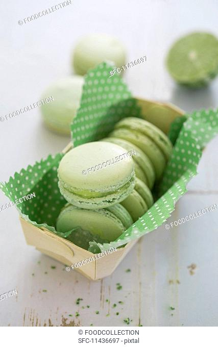 Green lime macaroons with lemon curd