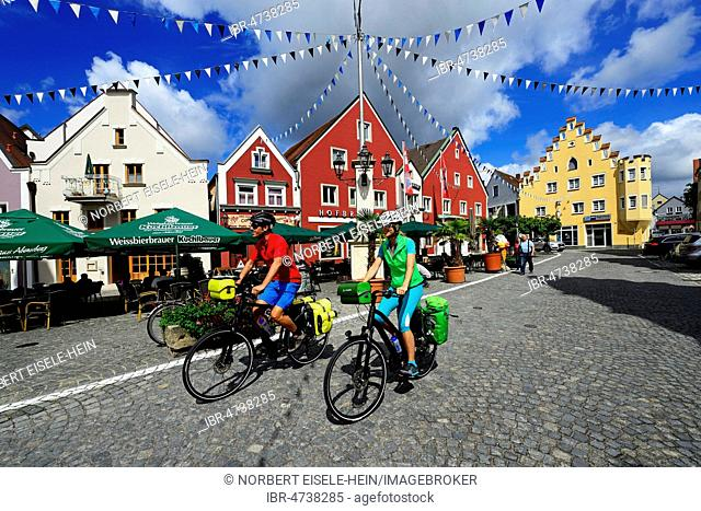 Cyclists in the old town of Abensberg, Eastern Bavaria, Lower Bavaria, Bavaria, Germany