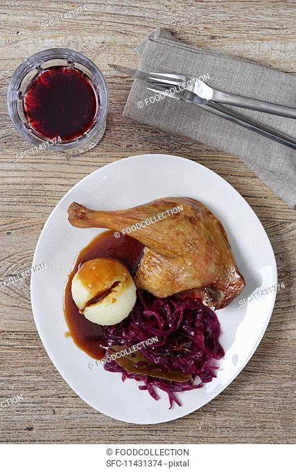 Leg of goose with red cabbage, dumplings and demi glace (seen from above)