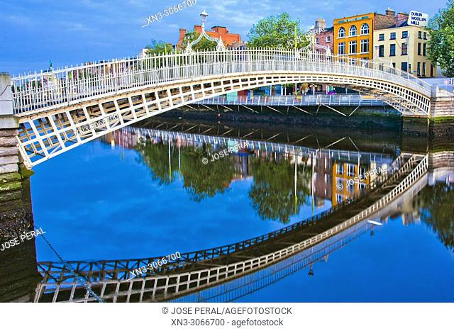 Ha'penny Bridge, Liffey Bridge, River Liffe, Dublin city, province of Leinster, Ireland, Europe