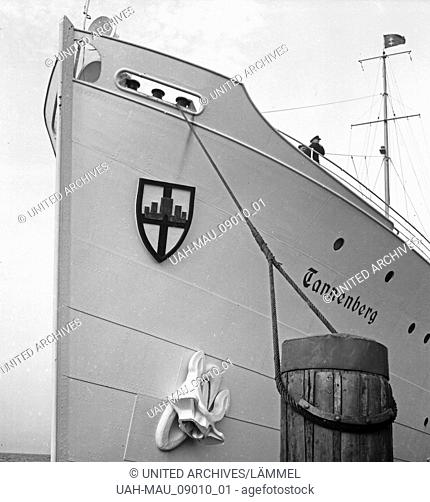 "Das Dampfschiff """"Tannenberg"""" vom Seedienst Ostpreußen im Hafen von Danzig, Deutschland 1930er Jahre. Steam ship """"Tannenberg"""" at Danzig harbor, Germany 1930s"