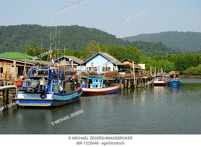 Village in the Salak Phet bay, Koh Chang Island, National Park Mu Ko Chang, Trat, Gulf of Thailand, Thailand, Asia