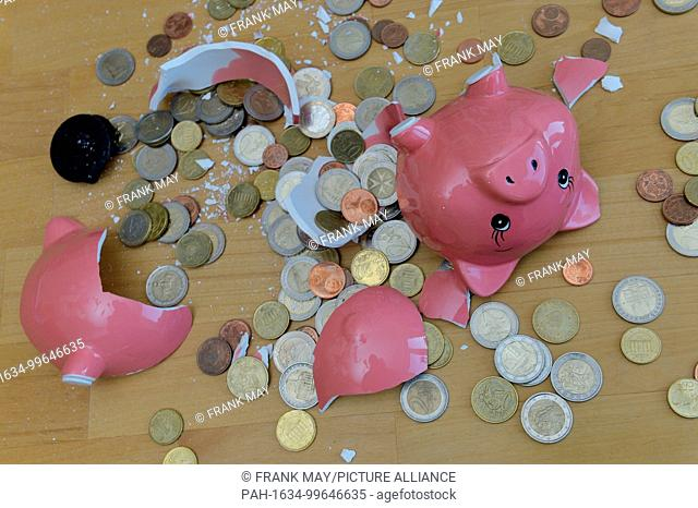 A broken piggy bank on a table, Germany, city of Osterode, 13. February 2018 Photo: Frank May | usage worldwide. - Osterode/Niedersachsen/Germany