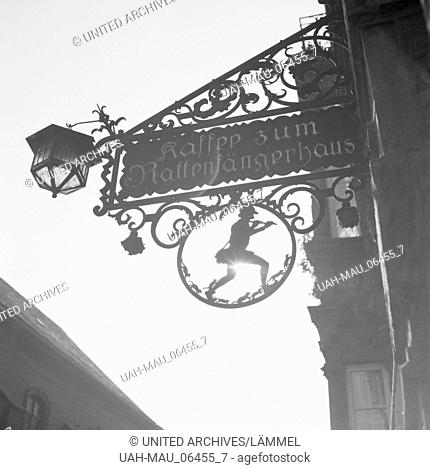 Wirtshausschild am Cafe zum Rattenfängerhaus in Hameln an der Weser, Deutschland 1930er Jahre. Inn sign of the Pied Piper's cafe at Hameln on river Weser