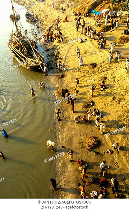 people at the border of the Mahanadi river at Sonpur, Bihar, India