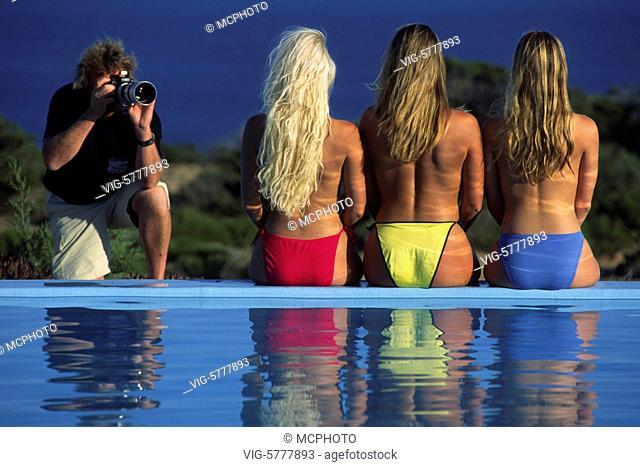 Ein Fotograf fotografiert drei Fotomodelle, 2004, Formentera - Formentera, Balearen, Spain, 21/05/2004