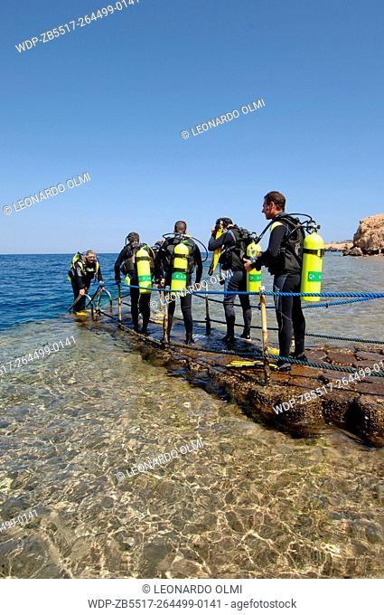 Egypt, Sharm el Sheik, Club Reef Resort, divers on barrier reef