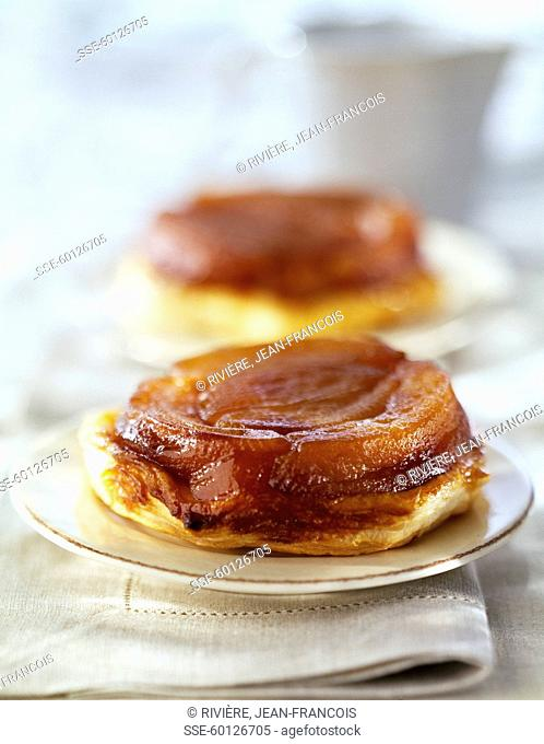 Tatin-style apple tatlets with cinnamon sauce