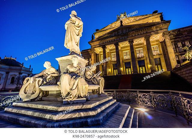 Monumento a Schiller frente al Konzerthaus y Deutscher Dom (Catedral Alemana). Gendarmenmarkt (Mercado de los Gendarmes) , Berlin, Germany