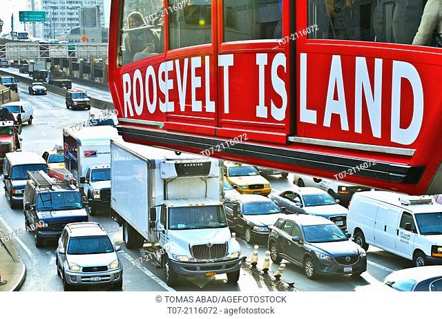 Roosevelt Island Tramway, Cable Car, Evening rush hour traffic exiting the Ed Koch Queensborough 59th Street Bridge, midtown Manhattan, east side, Manhattan