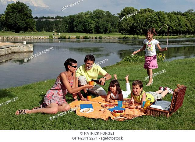 FAMILY PICNIC IN THE OPEN AIR IN THE PARK OF THE CHATEAU DE MAINTENON, EURE-ET-LOIR 28, FRANCE