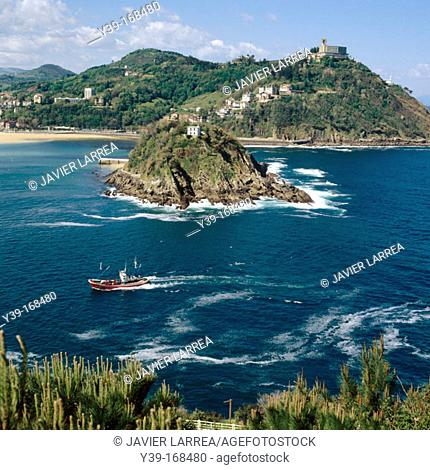 La Concha bay with Santa Clara island and Igeldo mount in background. San Sebastián. Guipúzcoa. Spain