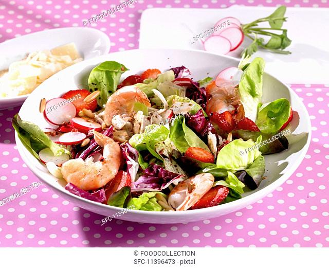 A colourful salad with shrimps, strawberries and radishes