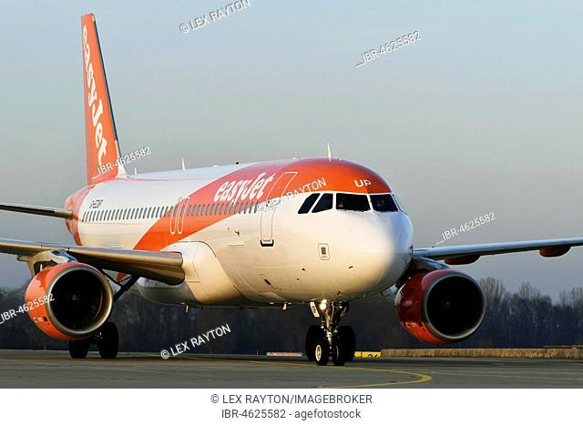 EasyJet, Airbus A320-214, landing, on taxiway, rolling, Munich Airport, Upper Bavaria, Germany