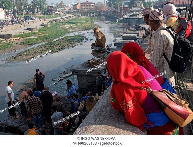 Fire burial at the main incineration site on the banks of the Bagmati River at the Hindu Shrine. | usage worldwide. - Kathmandu/Nepal