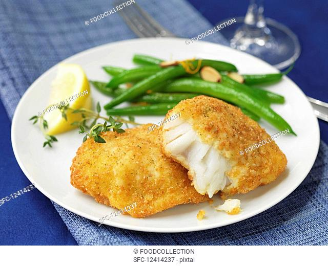 Breaded cod fillets with green beans