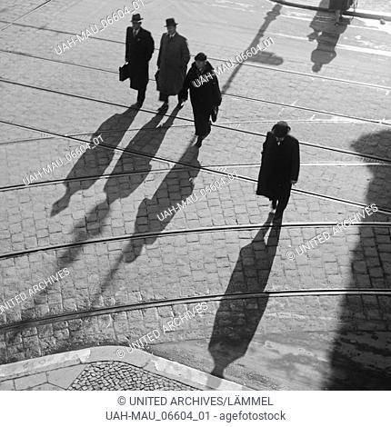 Die Menschen in Berlin werfen lange Schatten, Deutschland 1930er Jahre. people at a street in Berlin with their shadows, Germany 1930s