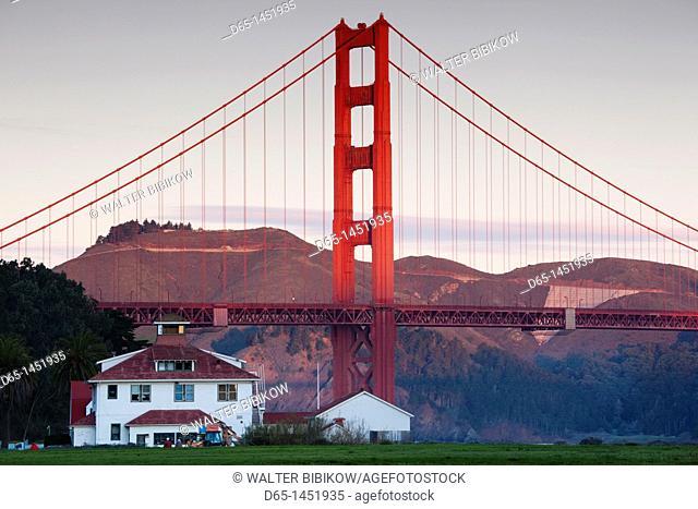 USA, California, San Francisco, Presidio, Golden Gate National Recreation Area, Golden Gate Bridge from Crissy Field, dawn