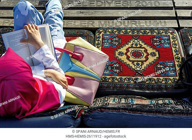 Turkey, Istanbul, Uskudar, relaxing sitting on the carpet façe Bosphorus