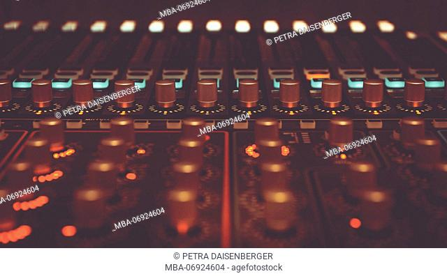 Colours on stage, light and show technology, The mixer