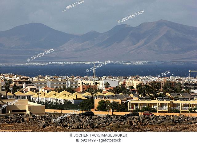 Northern tip of the island of Fuerteventura, view to the neighbouring island Lanzarote across the town of Corralejo, Fuerteventura, Canary Islands, Spain