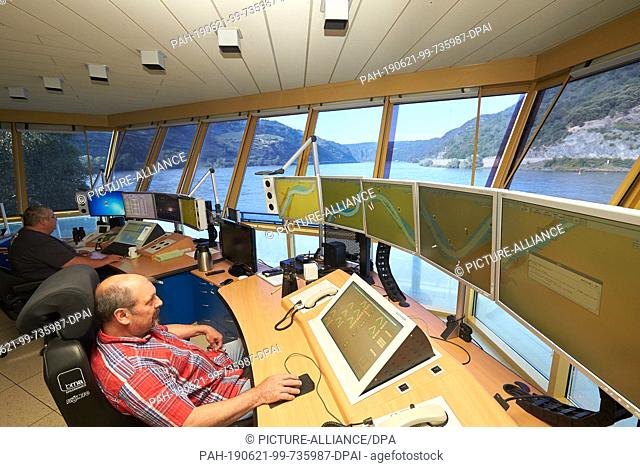 19 June 2019, Rhineland-Palatinate, Oberwesel: Employees of the control centre control the traffic lights between Oberwesel and St. Goar