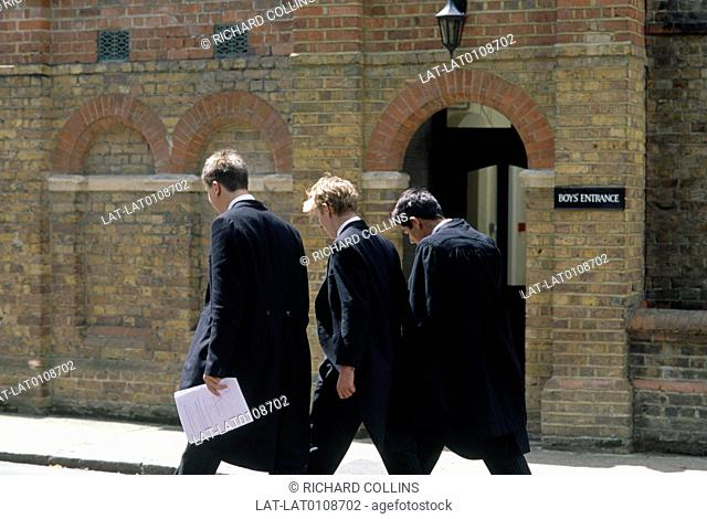 Eton College is a public school for boys,founded in 1440 by King Henry VI. It is located in Eton,Berkshire and has a long list of distinguished former pupils